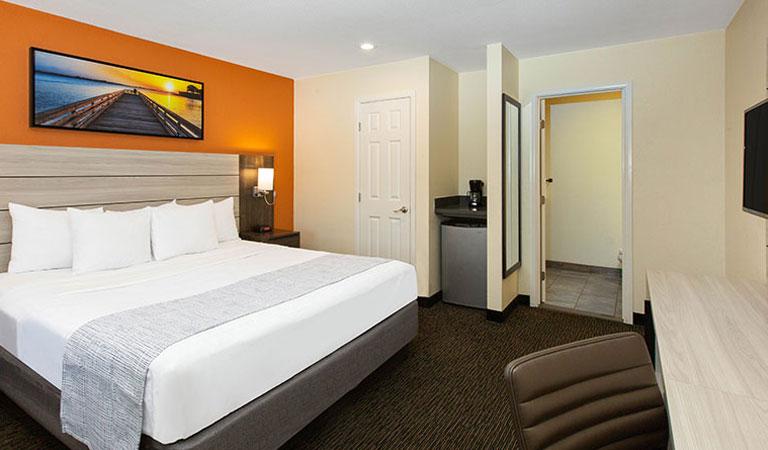 Single King Room of Days Inn Monterey Fisherman's Wharf Hotel