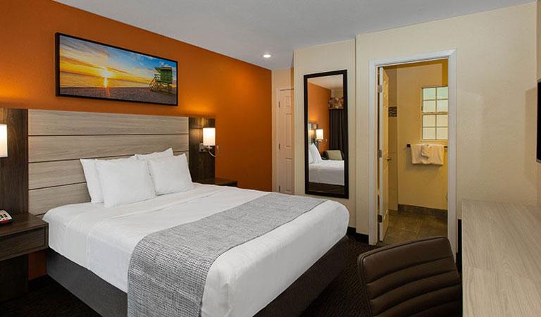 Single Queen Room in Days Inn Monterey Fisherman's Wharf Hotel